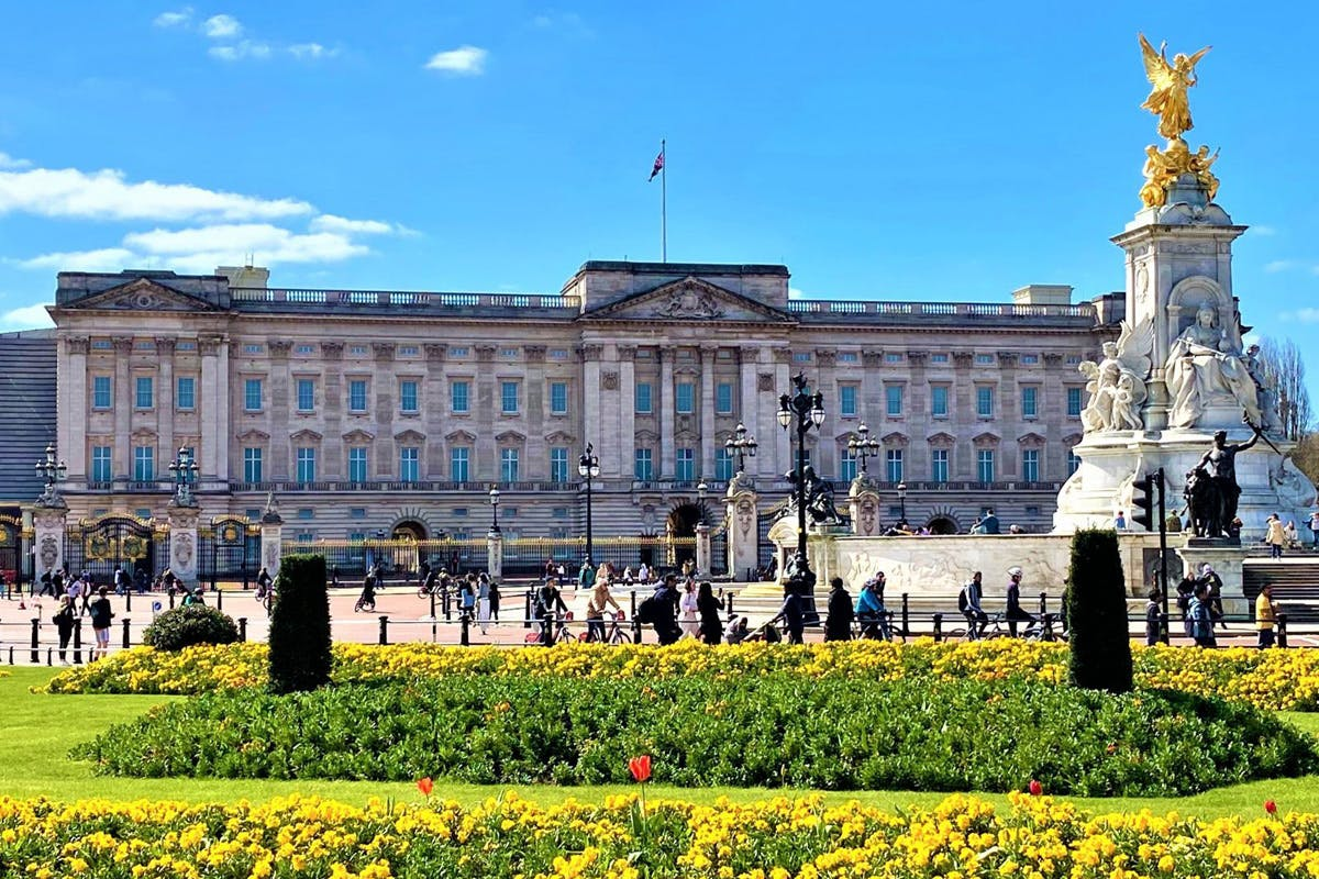 Family Visit to Buckingham Palace Gardens and Afternoon Tea Picnic